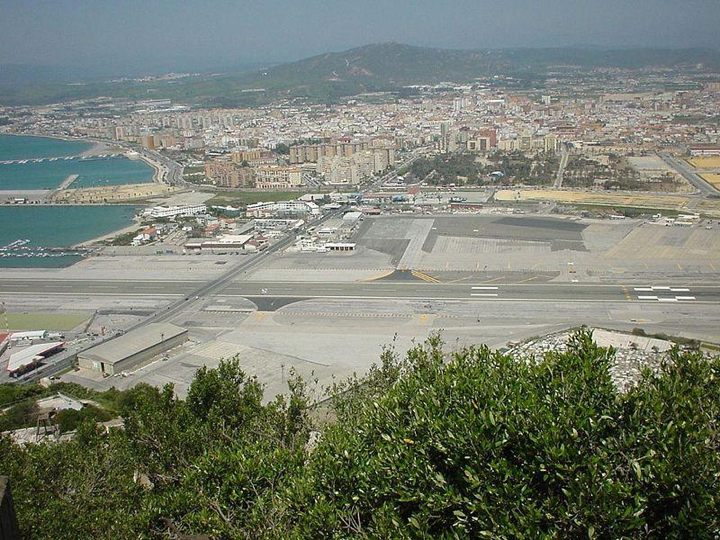 В аэропорту Гибралтар через взлётную  полосу проходит шоссе .
