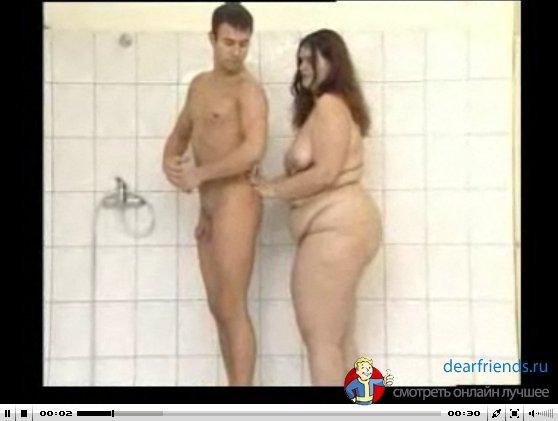 Порноролик онлайн смотреть Секс с жирной бабой. Мужик мылся в душе