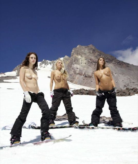 foto-golih-na-snegu-v-gorah