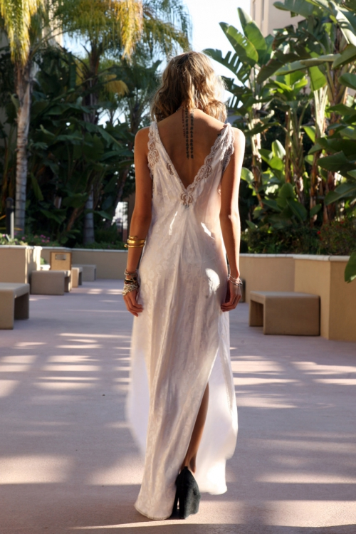 Фото девушка в длинном платье спиной