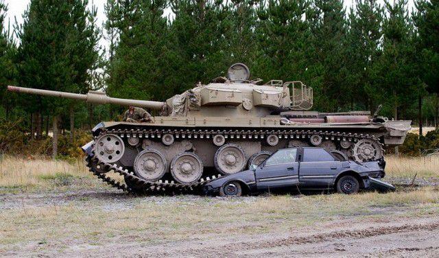 Развлечение для настоящих мужчин: езда на танках по машинам