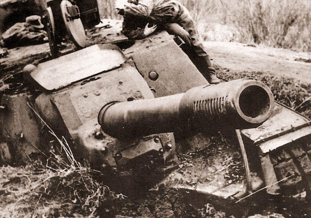Немцы у подбитых советских самоходок ИСУ-152