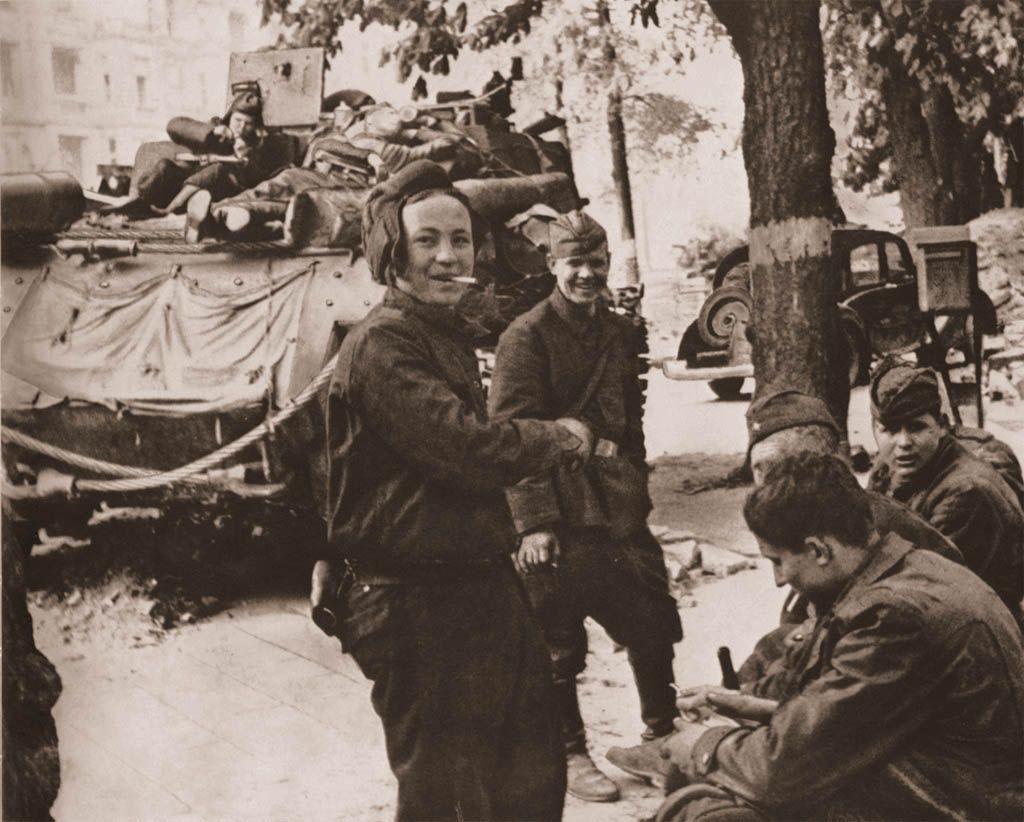 Экипаж ИСУ-152 на отдыхе. Германия, 1945 г