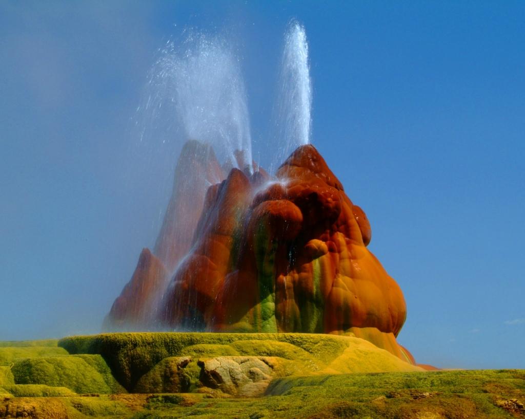 Завораживающее зрелище - выброс воды из гейзера