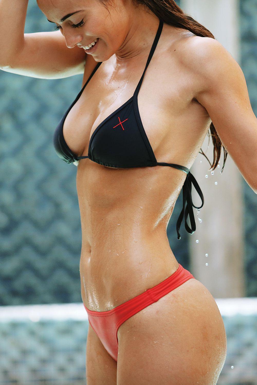 парни трахают девушки спортсменки в бикини входит опустевшие комнаты