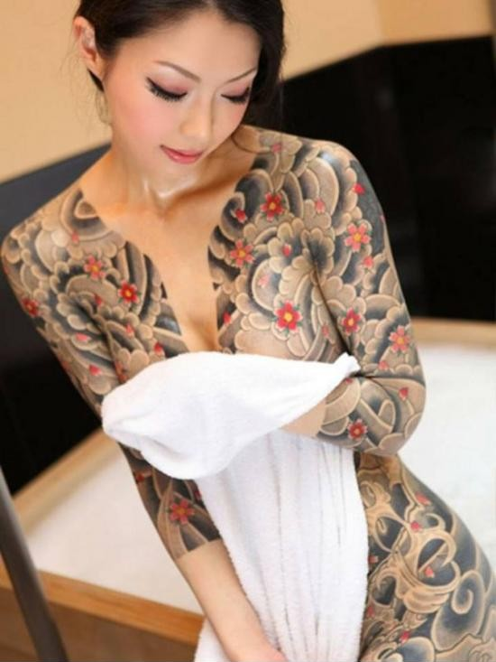 Девушка с татуировкой халата 1