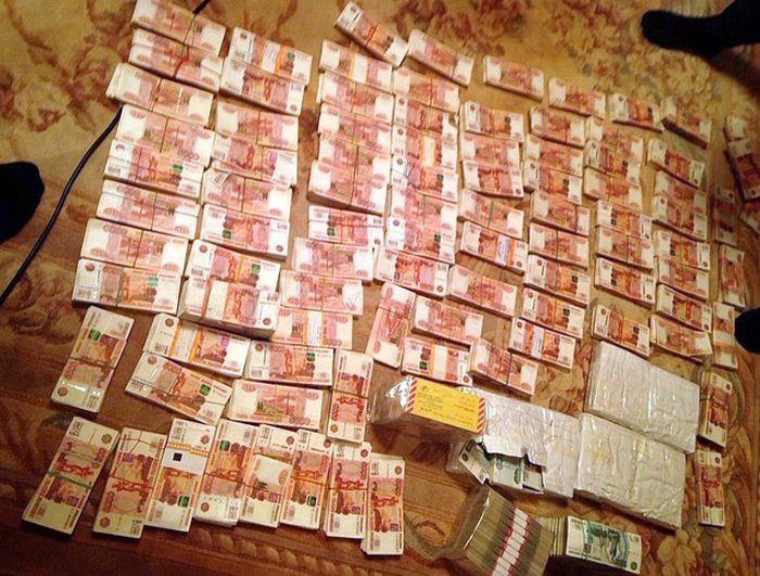 Губернатор Сахалина Александр Хорошавин был задержан после того, как в его сейфе нашли 60 млн рублей