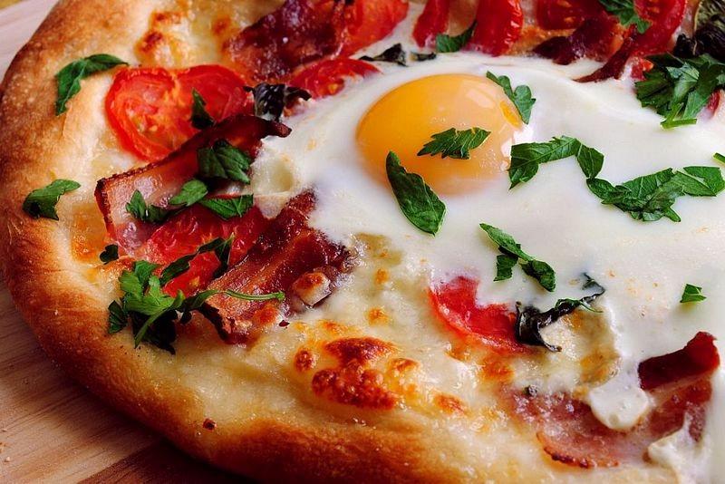 Пицца с яичницей