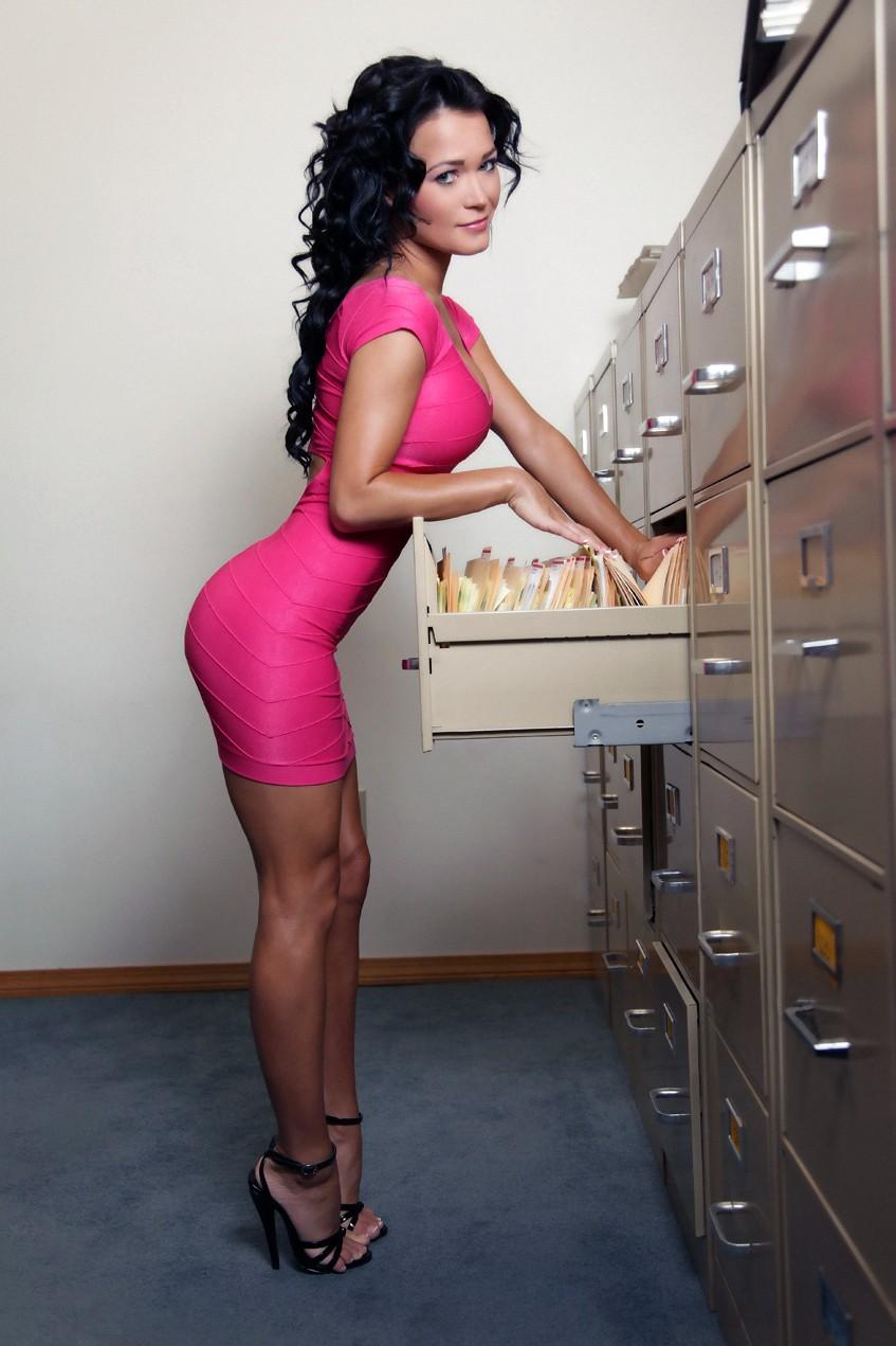 Секретарша на высоких каблуках 20 фотография