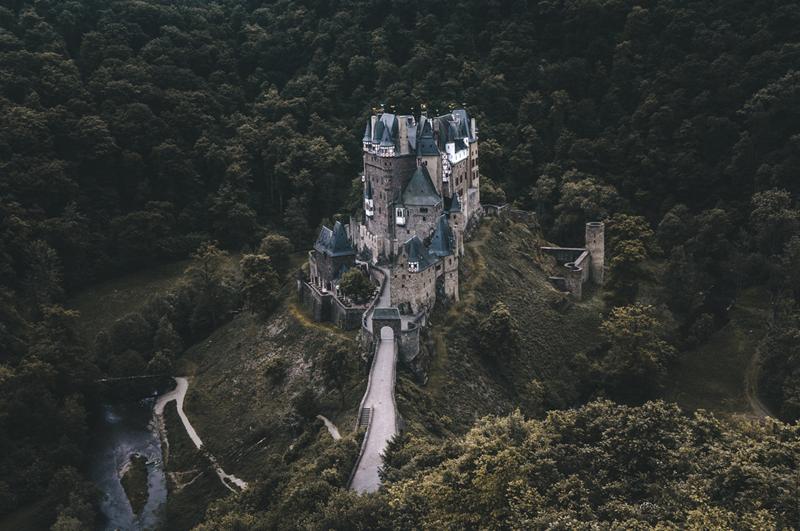 Удивительный замок Эльц в Германии