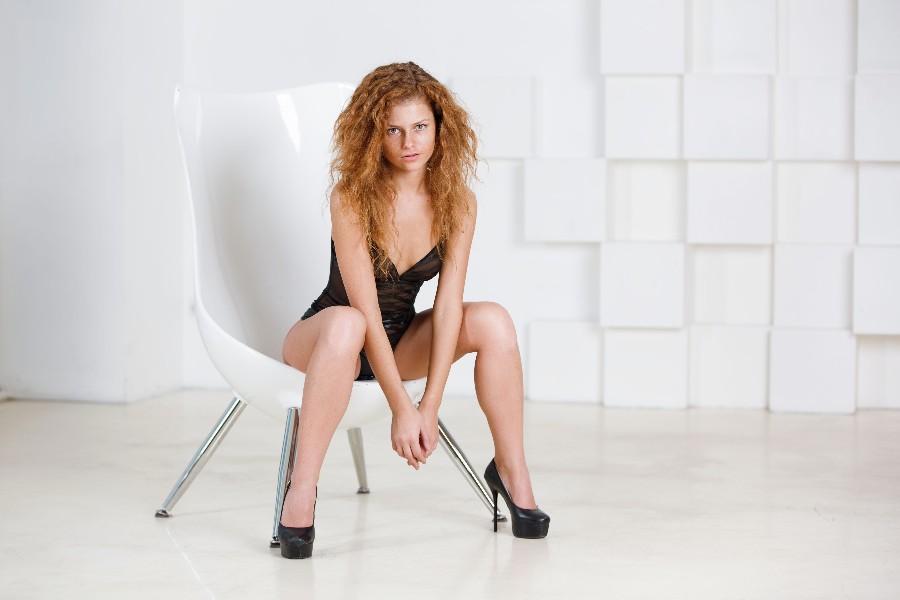 В белом кресле