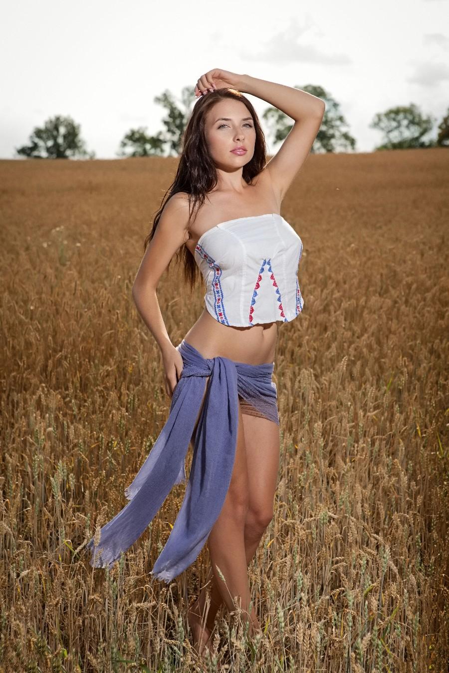 Красивая девушка в поле