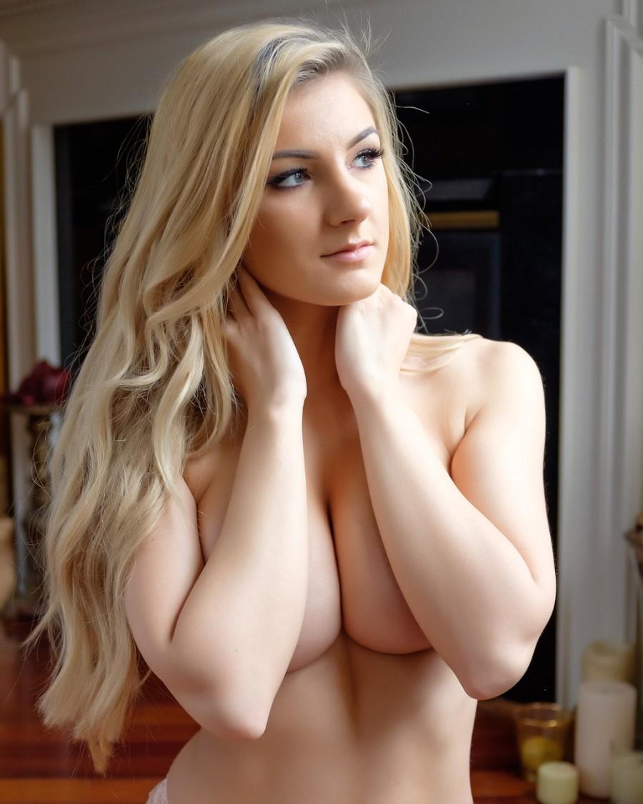 Длинноволосая блондинка