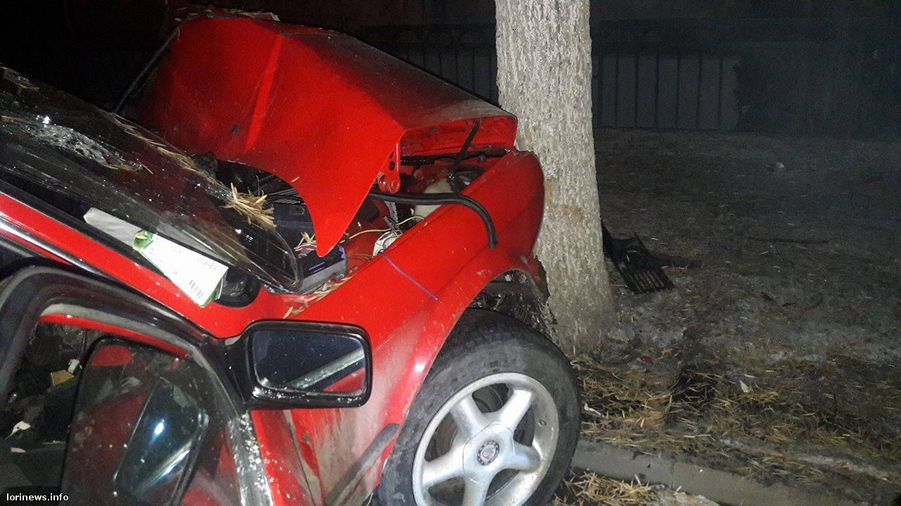 Վանաձորում «BMW»-ն բախվել են ծառին.կան վիրավորներ(ֆոտո)