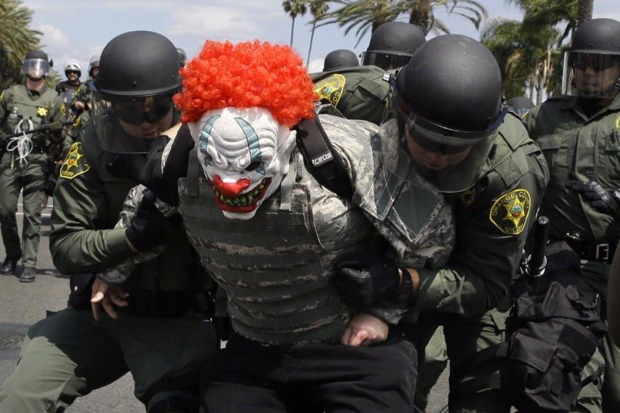 В маске клоуна