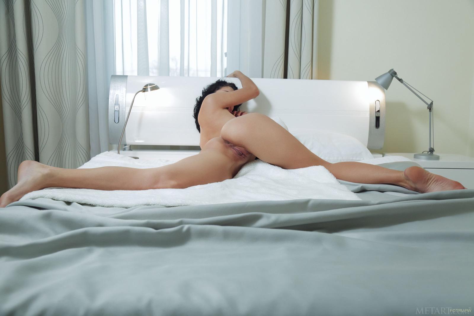 фото медленное раздевание на кровати