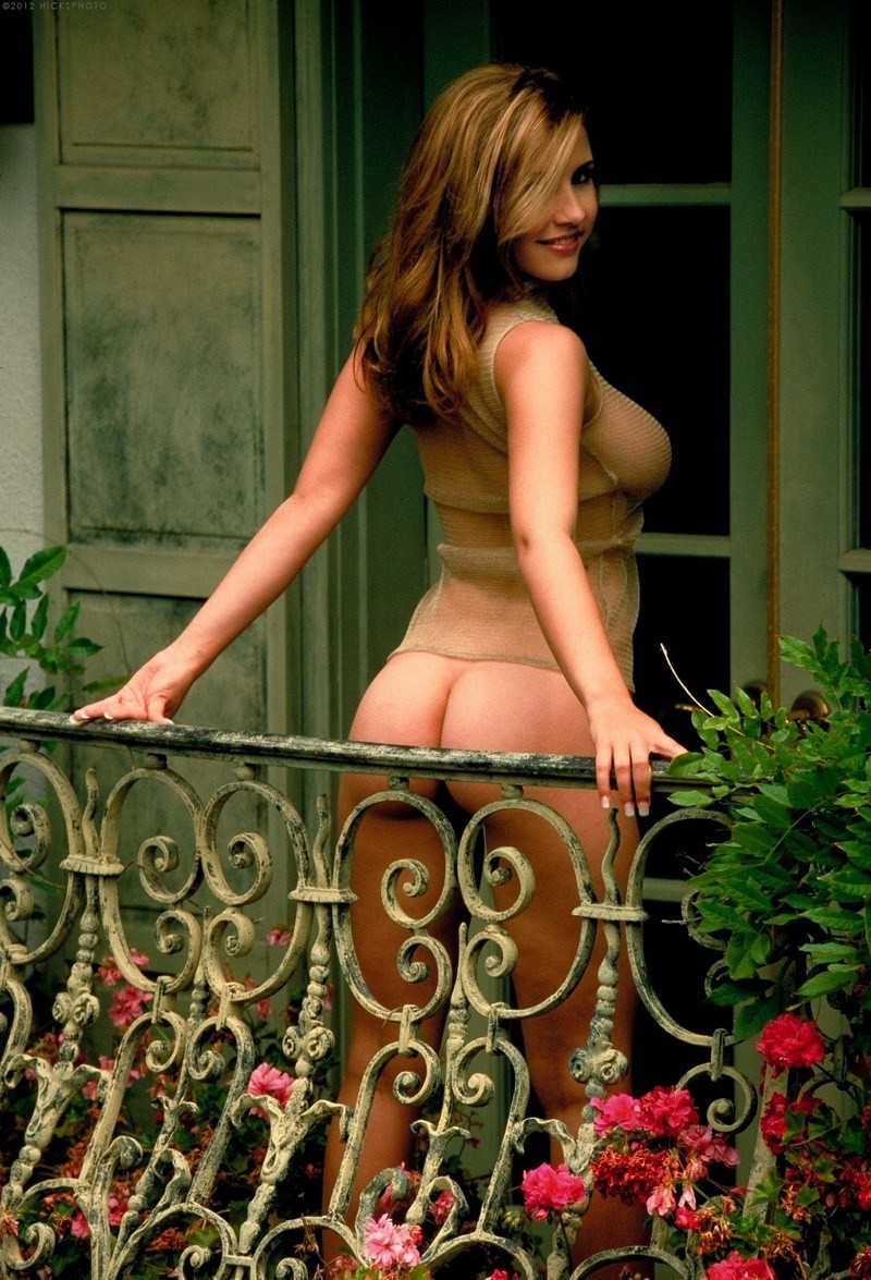 Сочная красотка на балконе