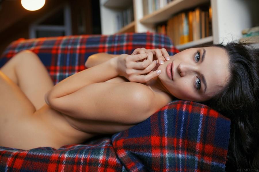 Голая на диване