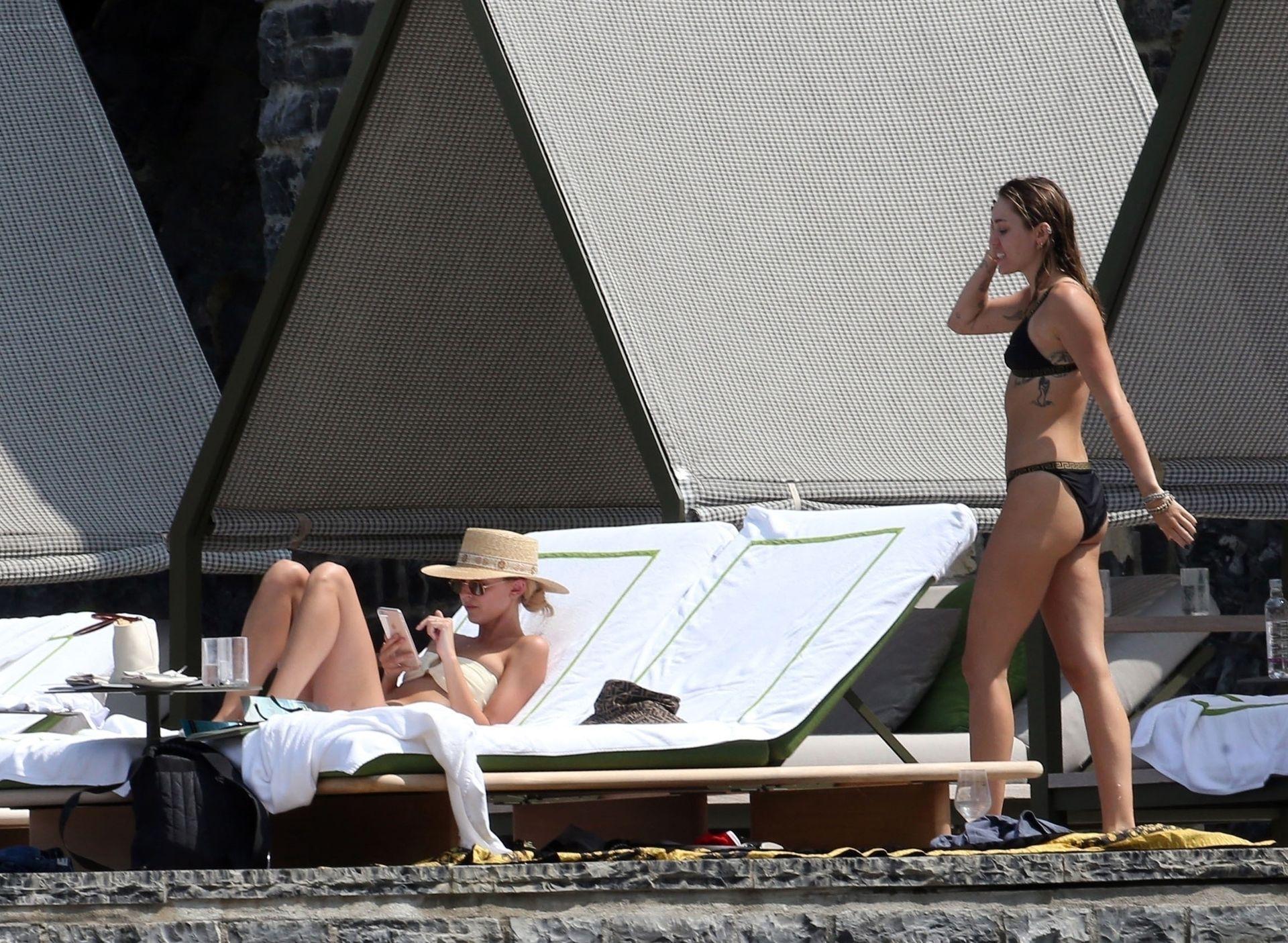 0713004446900_07_Miley-Cyrus-Topless-Kaitlynn-Carter-Hot-TheFappeningBlog.com-7.jpg