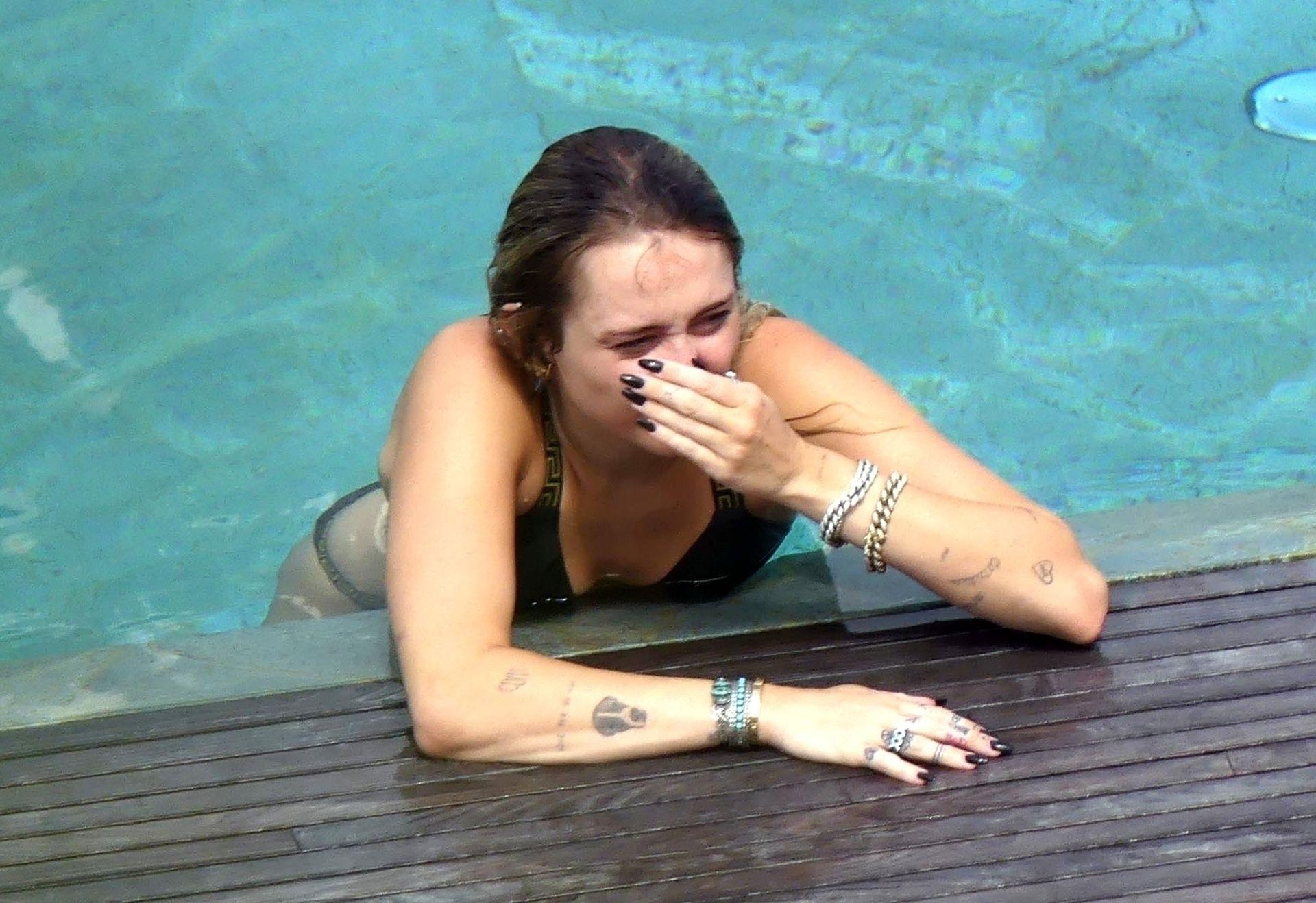 0713004446900_15_Miley-Cyrus-Topless-Kaitlynn-Carter-Hot-TheFappeningBlog.com-15.jpg