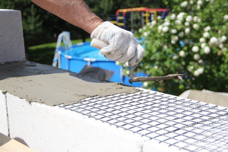 Укладка кладочной сетки на кирпичную кладку