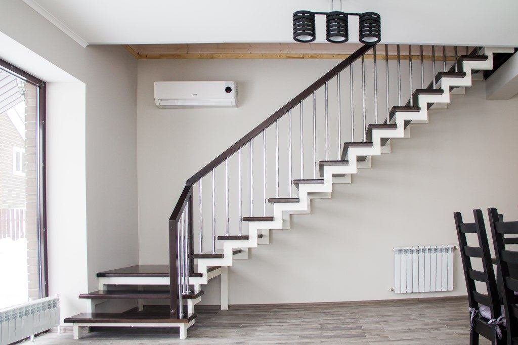 Лестницы с каркасом из металла: какие бывают и в чем их достоинства
