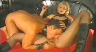 Раб ублажает курящую Госпожу / Slave pleases smoking Mistress (2011)